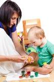 Matka uczy dzieciaka farba kolory Zdjęcie Royalty Free