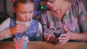 Matka uczy jej córki robić Bożenarodzeniowej zabawce zdjęcie wideo