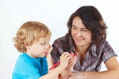 Matka uczy jej dziecka remis z kolorów ołówkami Zdjęcia Royalty Free
