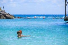 Matka uczy jej syna pływanie fotografia royalty free