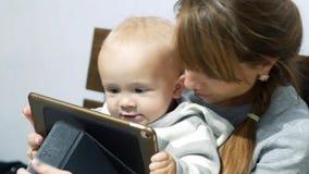 Matka uczy jej synowi dlaczego używać laptop zbiory wideo