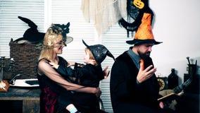 Matka w kostiumu czarownicy i jej syn w kostiumu kościec ściskamy i ojciec w czarownicy ` s zdjęcie wideo