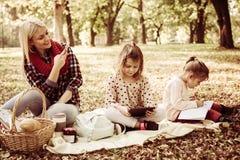 Matka w parku z jej córkami bierze obrazek one fotografia royalty free