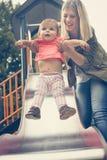 Matka w parku z jej dzieckiem Fotografia Stock