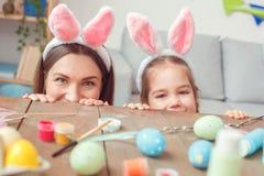 Matka wpólnie i córka w domu w królików ucho Easter świętowaniu chuje pod stołem Obraz Royalty Free