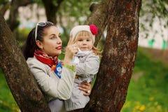 Matka wskazuje palec wewnątrz córka coś Obrazy Royalty Free