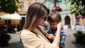 Matka z berbeć chłopiec w starym centrum miasta zbiory wideo