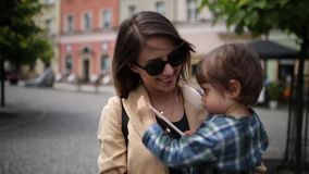 Matka z berbeć chłopiec w starym centrum miasta zbiory