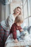 Matka z córką troszkę Rodzina w domu odziewa zdjęcie stock