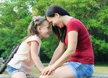 Matka z córką ma zabawę w parku Zdjęcie Royalty Free