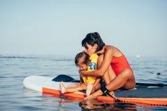 Matka z córką na paddle desce zdjęcia royalty free