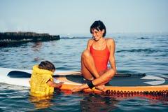 Matka z córką na paddle desce zdjęcie stock