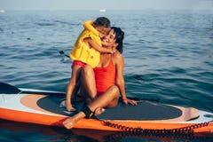 Matka z córką na paddle desce obrazy royalty free