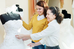 Matka z córką wybiera bridal togę Obrazy Stock