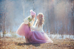 Matka z córką w wiosna parku Zdjęcia Stock