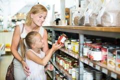 Matka z córka zakupy chroni zdruzgotanych pomidory zdjęcie royalty free