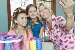 Matka z córkami bierze jaźń portret z telefonem komórkowym obraz stock