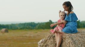 Matka z córki obsiadaniem na haystack zbiory wideo