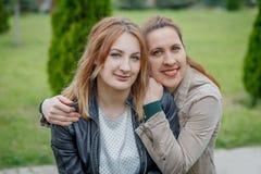 Matka z córki przytuleniem w parku zdjęcie royalty free