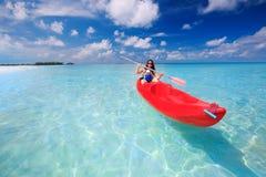 Matka z chłopiec kayaking w lagunie na tropikalnej wyspie Zdjęcia Stock