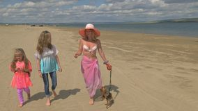 Matka z dwa córkami chodzi wzdłuż plaży zdjęcie wideo
