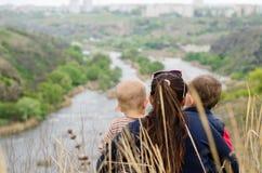 Matka z dwa chłopiec cieszy się dzień w naturze Zdjęcie Stock