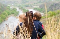Matka z dwa chłopiec cieszy się dzień w naturze Zdjęcia Stock