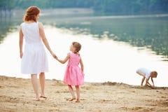 Matka z dwa dziećmi na plaży obraz stock