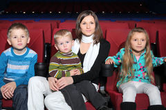 Matka z dwa synami i córką ogląda film zdjęcia stock