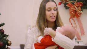 Matka z dwumiesięczną córką świętuje ich pierwszy boże narodzenia zdjęcie wideo
