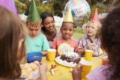 Matka Z dziećmi Cieszy się Plenerowego przyjęcia urodzinowego Wpólnie Obraz Stock