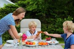 Matka z dziećmi je outdoors zdjęcia stock