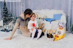 Matka z dziećmi w, dziećmi 1 i rodziną pracowniani boże narodzenia, Zdjęcia Stock