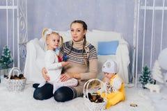 Matka z dziećmi w, dziećmi 1 i rodziną pracowniani boże narodzenia, Obrazy Stock