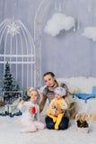 Matka z dziećmi w, dziećmi 1 i rodziną pracowniani boże narodzenia, Zdjęcie Royalty Free