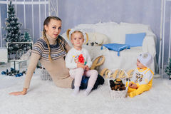 Matka z dziećmi w, dziećmi 1 i rodziną pracowniani boże narodzenia, Obraz Stock