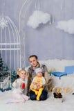 Matka z dziećmi w, dziećmi 1 i rodziną pracowniani boże narodzenia, Fotografia Stock