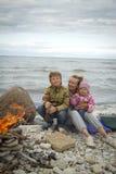 Matka z dziećmi na morzu w spadku Obraz Stock
