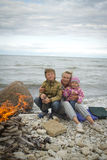 Matka z dziećmi na morzu w spadku Obrazy Stock