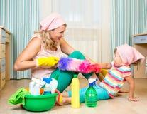 Matka z dzieciaka cleaning pokojem i mieć zabawą Zdjęcia Royalty Free