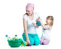 Matka z dzieciaka cleaning pokojem i mieć zabawą Zdjęcie Royalty Free