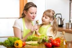 Matka z dzieciaka kucharstwem i degustacją jedzenie zdjęcia royalty free