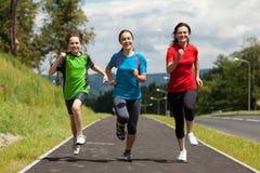 Matka z dzieciakami biega w parku Fotografia Royalty Free