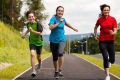 Matka z dzieciakami biega w parku Zdjęcie Royalty Free