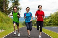 Matka z dzieciakami biega w parku Obrazy Royalty Free