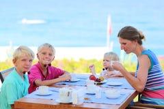 Matka z dzieciakami ma śniadanie w kurort restauraci obrazy royalty free