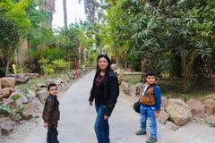 Matka z dzieciakami przy afrykanina ogródem Fotografia Royalty Free