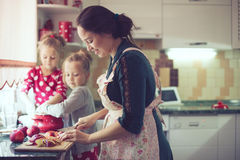 Matka z dzieciakami przy kuchnią Obrazy Stock