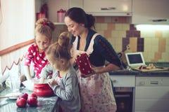 Matka z dzieciakami przy kuchnią Zdjęcie Royalty Free
