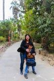 Matka z dzieciakiem przy afrykanina ogródem Obrazy Stock